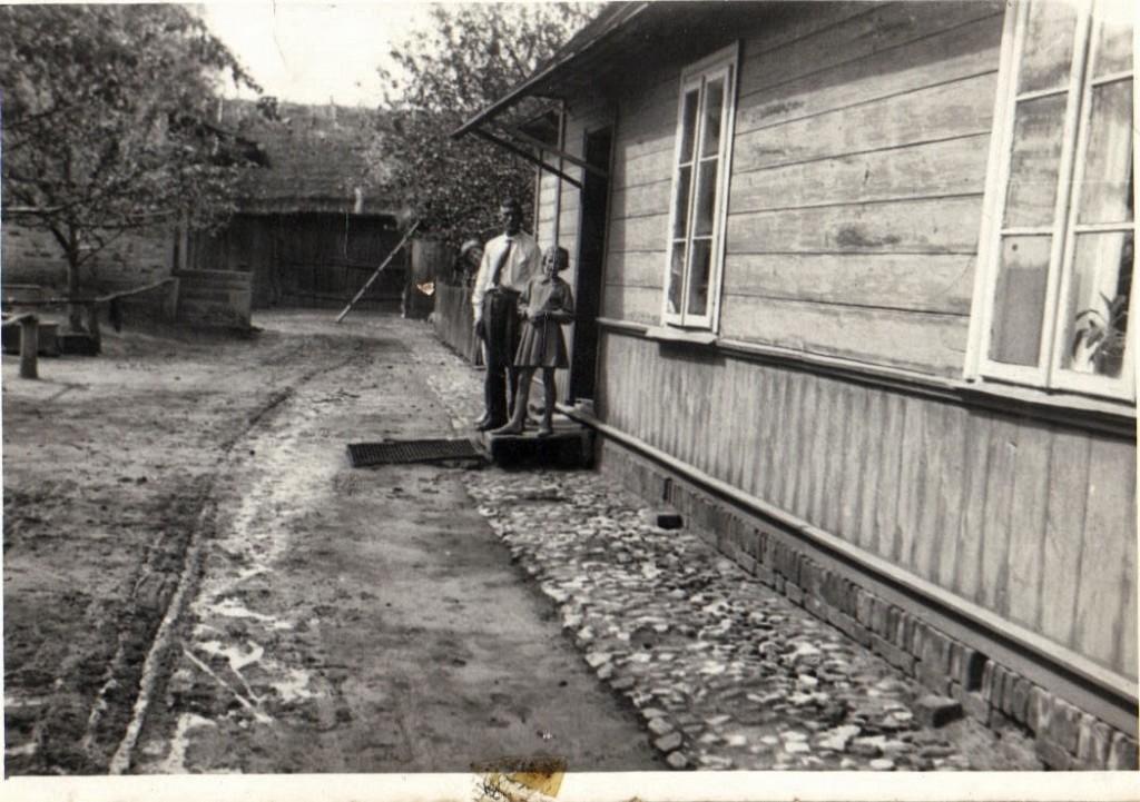 Franciszek Siek z córką Teresą na progu swojego domu