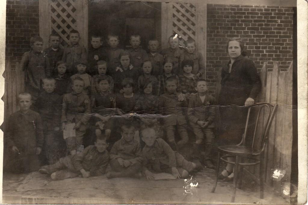 III oddzial szkoly w Sieciechowie 1927r. przed szkola