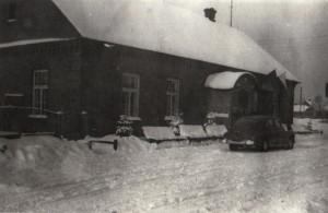 Budynek szkoły w latach 50 XX wieku.